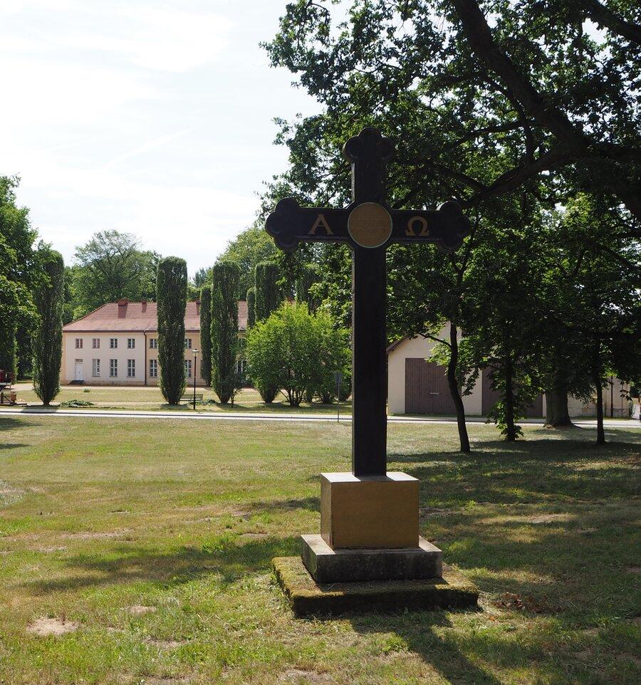 Das Gusseiserne Kreuz markiert die Mitte des ehemaligen Kirchhofs, Foto: Susanne Weber