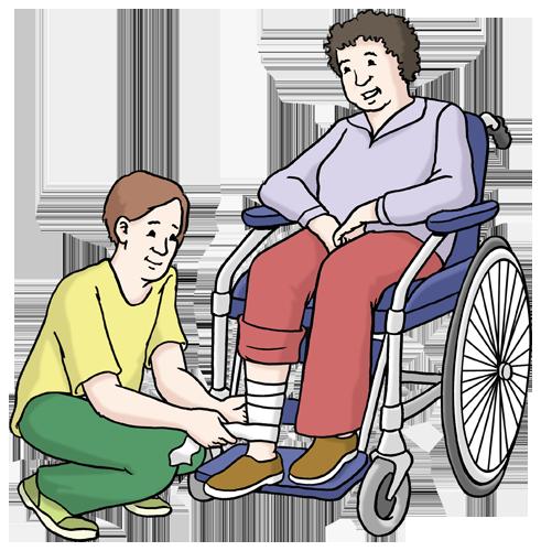 Bild zeigt, wie ein Pfleger einer Frau im Rollstuhl das verletzte Bein verbindet