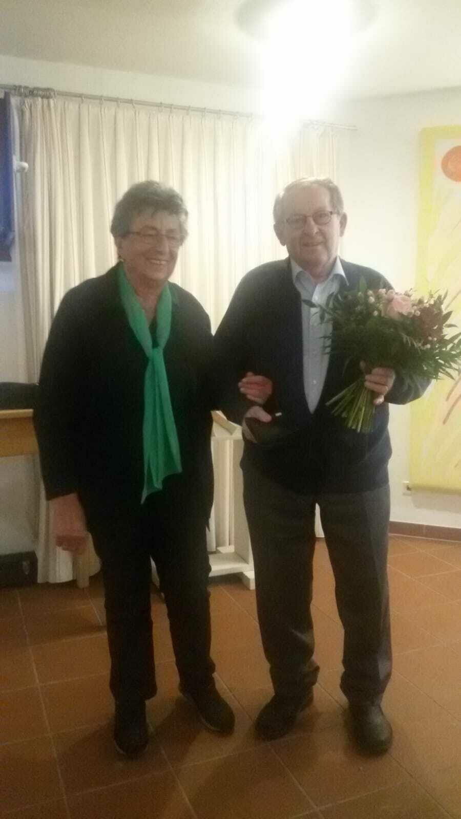 Kassier Rosemarie Morgenthum überreicht ein kleines Dankeschön an Herbert Leistner