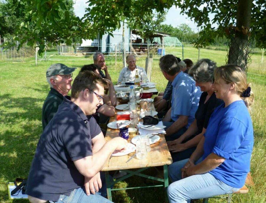 Bestens mit Kuchen/Kaffee und Brotzeit von der Familie Stöckl bewirtet wurde noch vieles lebhaft diskutiert.