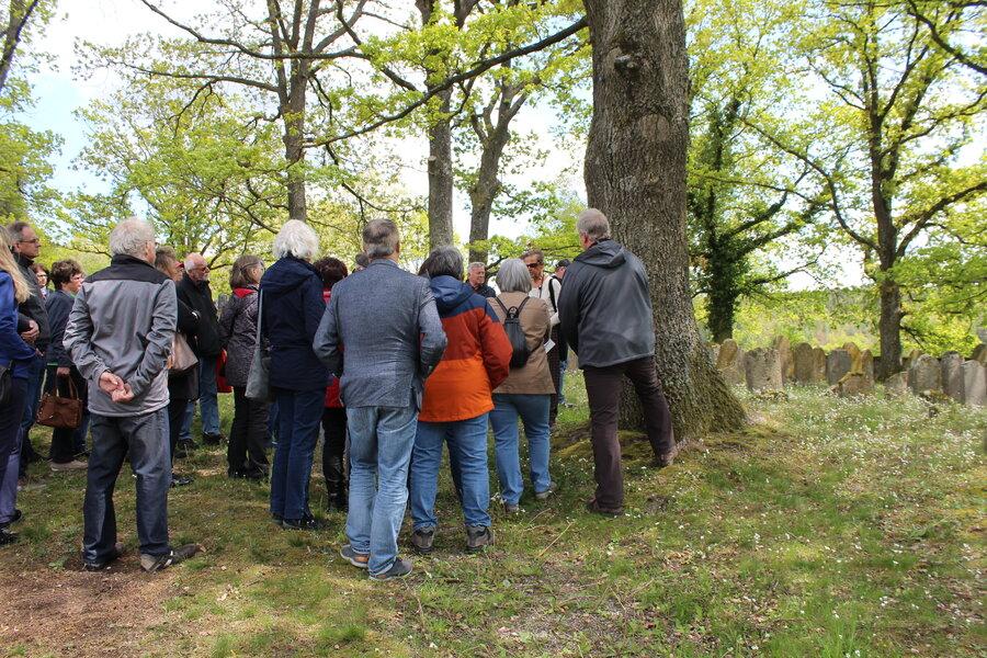 Teilnehmende d. Exkursion auf dem Friedhof in Diespeck