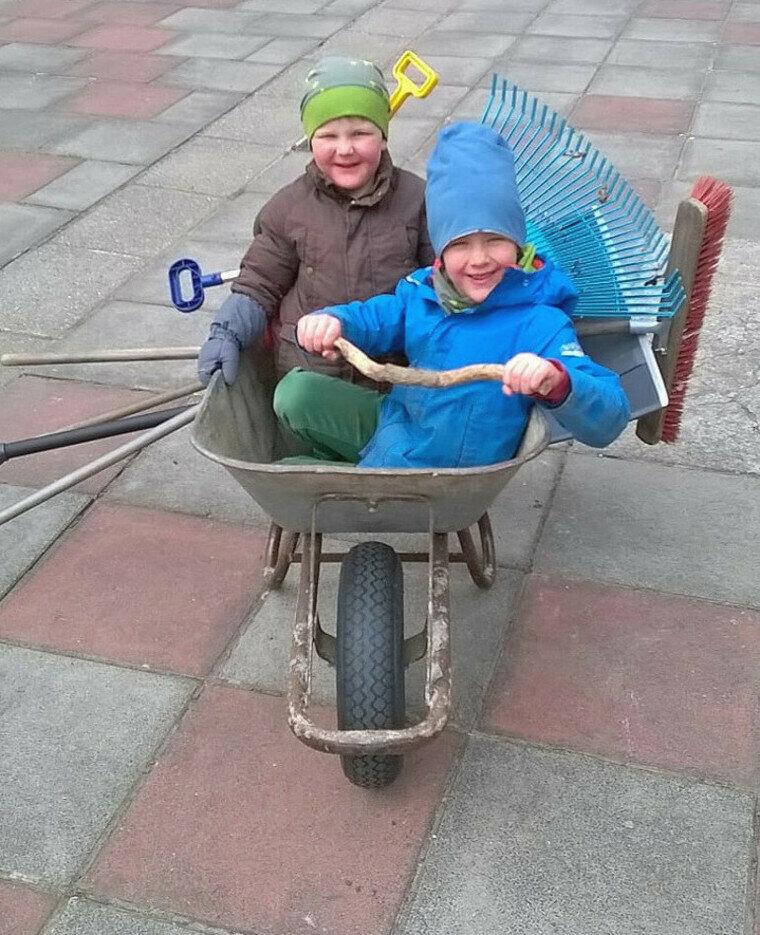 Ole und Jasper in der Schubkarre