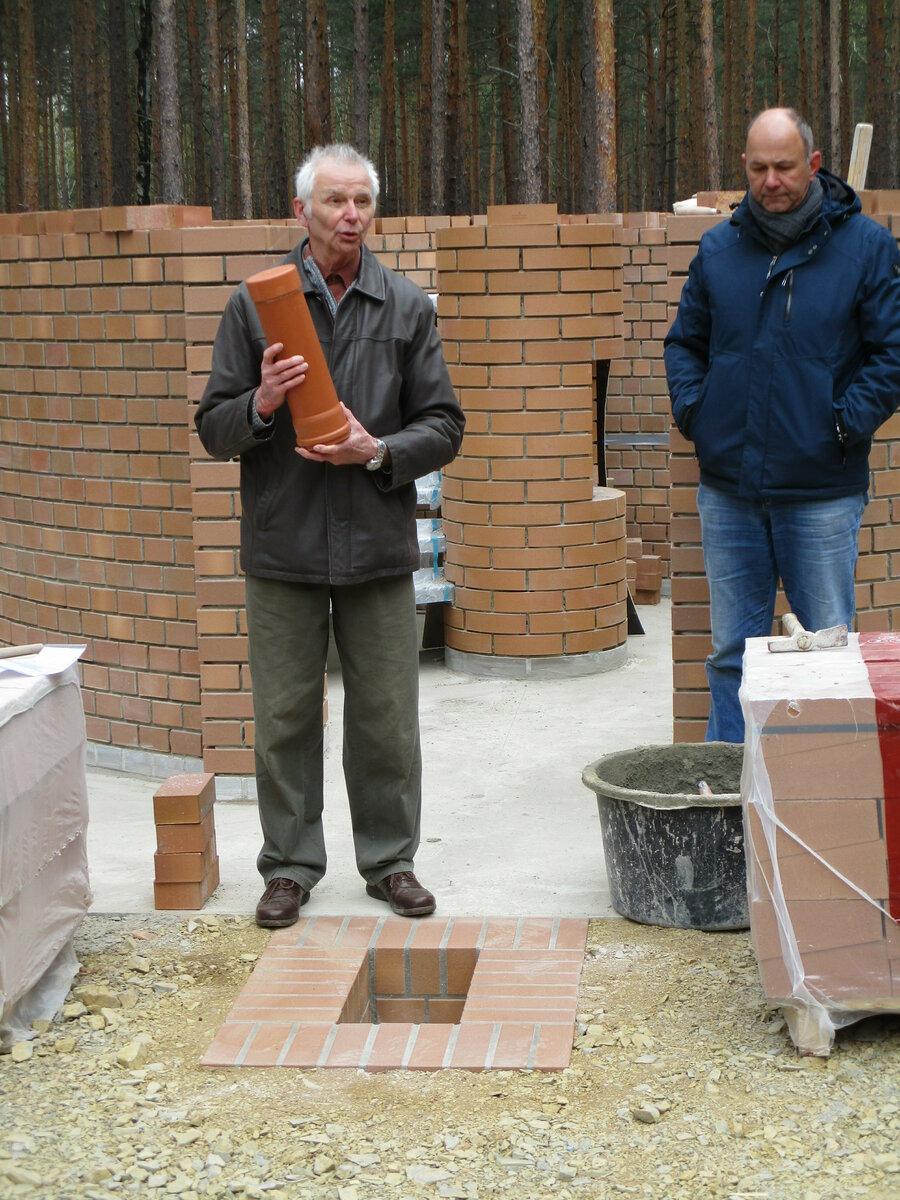 Roland Schneider, Bürgermeister der Gemeinde Luckaitztal, mit der Zeitkapsel. (Foto: M. Franke/RM)