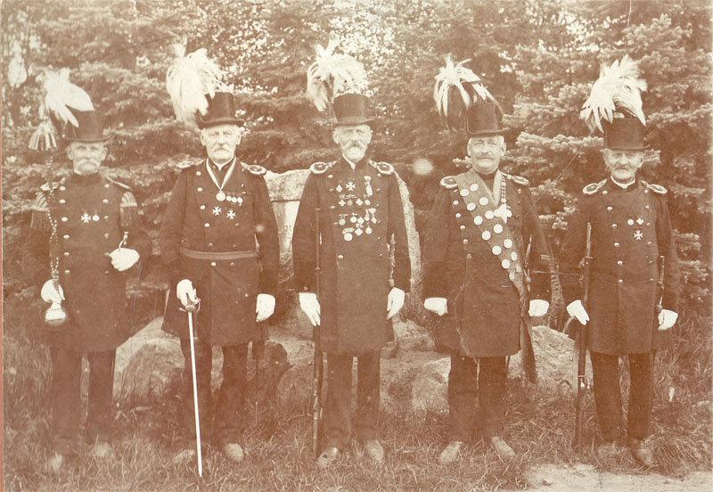 Bis zum 1. Weltkrieg wurde der lange dunkelgrüne Gehrock getragen