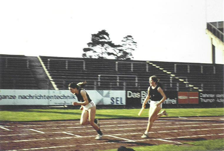 Unsere Mädchenstaffel 4x100m beim Wechsel (Nbg-Stadion 1976)