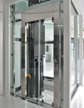 Hausaufzug Feuerberg mit Glaselementen im Innenbereich