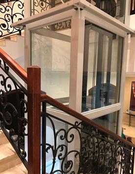 Senkrechtlift Kreuzberg im Treppenauge eines Mehrfamilienhauses