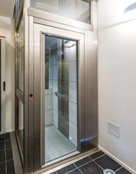 Senkrechtlift Kreuzberg im stilvollen Stahl-Glas-Schacht