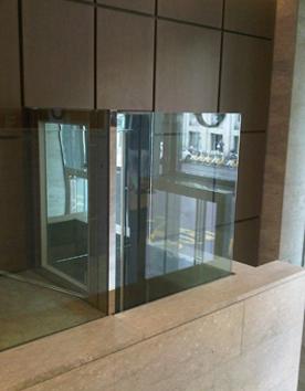 Rollstuhllifter mit Glaselementen im Innenbereich eines Museums