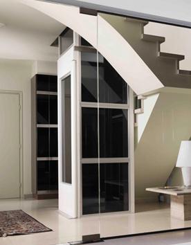 Senkrechtlifte A4000 stilvoll integriert in das Treppenauge einer Villa
