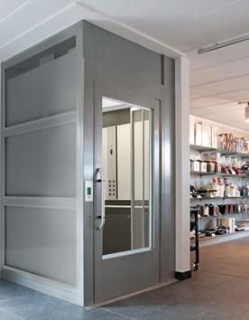 Fahrstuhl A9000 mit Stahl-Glas-Schacht in einem Einkaufscenter