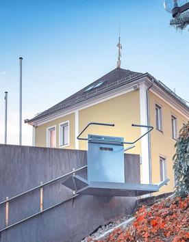Rollstuhlhebebühne PLG7 an der Treppe im Aussenbereich installiert
