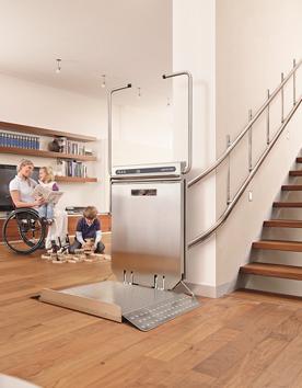 Rollstuhlhebebühnen PLG7 an der Treppe im Eigenheim montiert