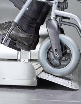 Rollstuhlhebebühne PLG7 und PLK8 mit sicherer Auffahrrampe für Rollstuhlfahrer