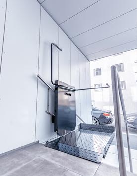 Rollstuhlhebebühne PLG7 an der geraden Treppe im Foyer installiert