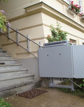 Rollstuhlhebebühne PLG7 an der Eingangstreppe vor dem Haus installiert