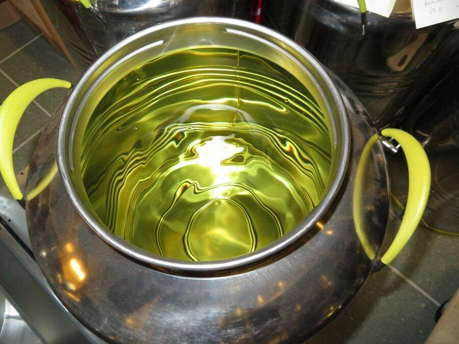 Das wertvolle Destillat im Lagergefäß, ©Stephan Becker, Brüssow