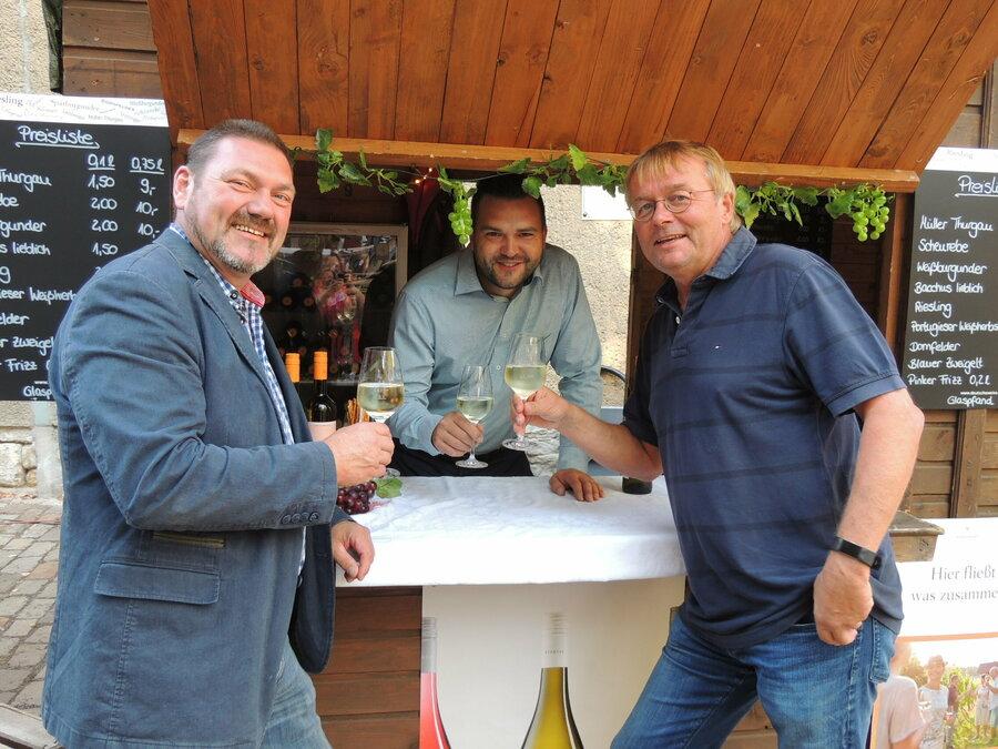Am Sonntag zum Frühschoppen im Weindorf