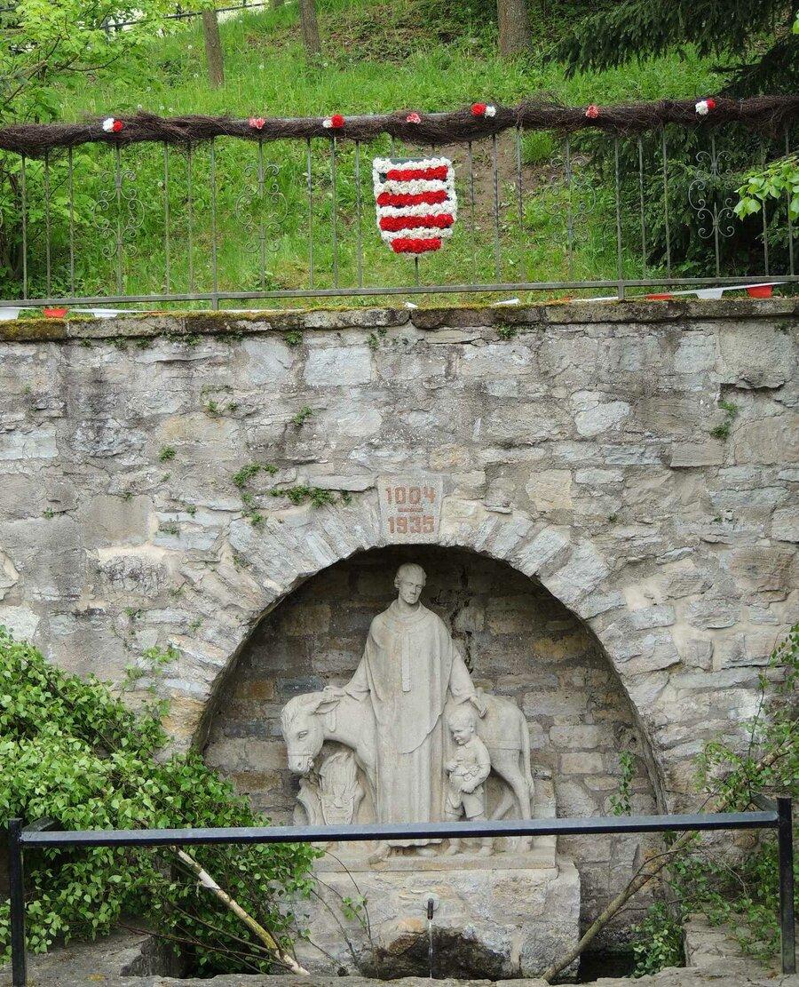 Zum Knoblauchmittwoch wird der Braunsbrunnen geschmückt