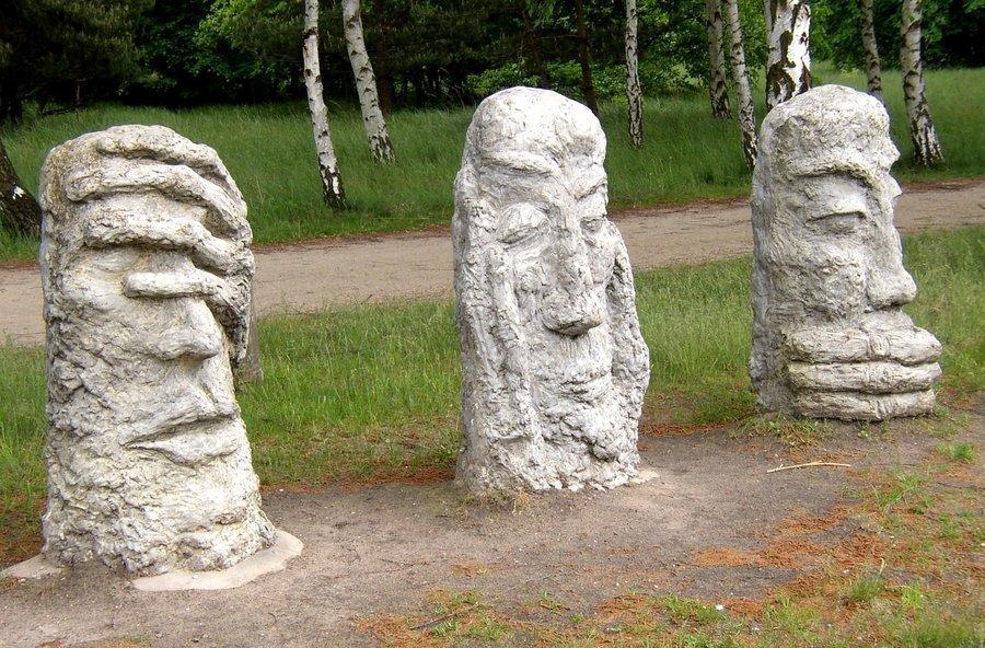Unser Bild zeigt Skulpturen, die am Eingang des Geschichtsparkes in der Hamburger Straße stehen.