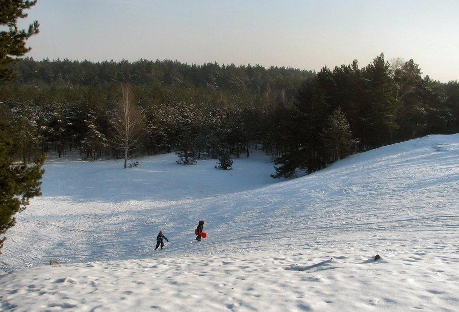 Unser Bild zeigt den Scheinwerferberg mit Schnee bedeckt. Viele Falkenseer Kinder stehen hier das erste Mal auf Skiern. Vorausgesetzt im Winter fällt ausreichend Schnee.