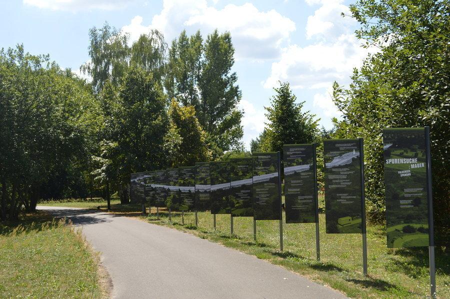 Der Mauerweg verläuft entlang der ehemaligen Grenze.