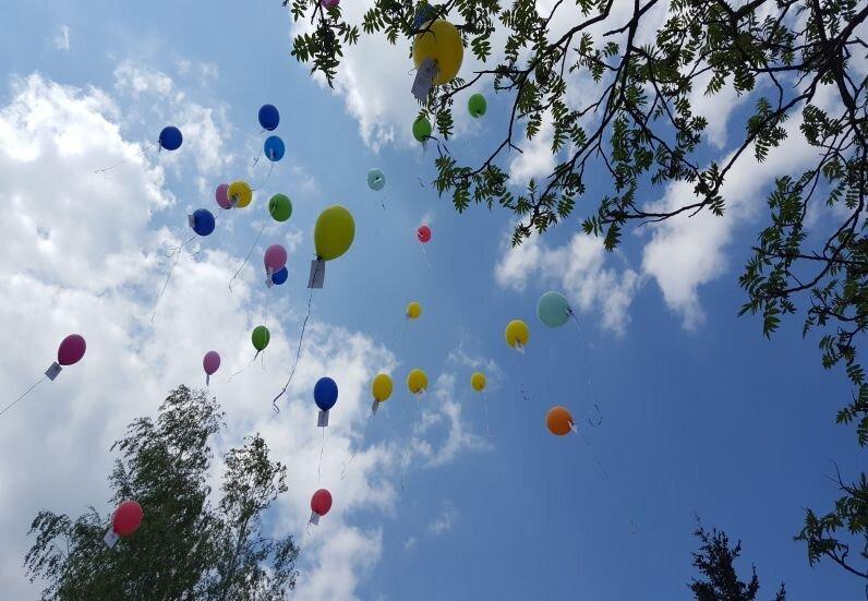 Am Tag der Familie ließen die Kinder der Stadt Luftballons in den Himmel starten.