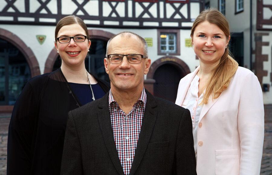 Bürgermeister Bernhard Haas (Mitte); Ellen Brede, Projektleiterin Stadtentwicklung (rechts); Tina Eberhardt, Aprinum Kommunikation, Koordinatorin der Steuerungsgruppe (links)