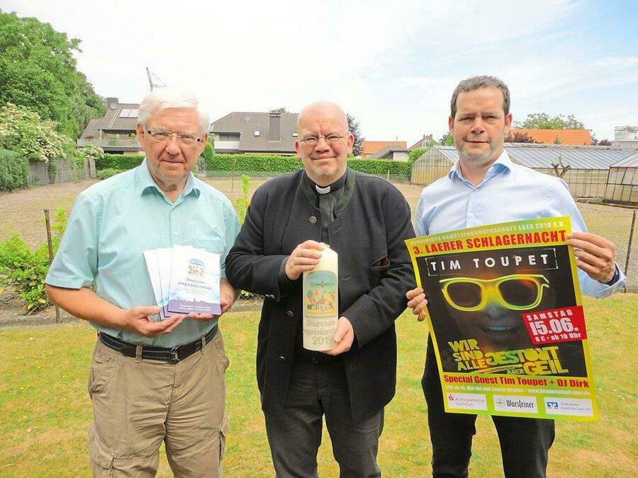 Heinrich Lindenbaum, Pfarrer und Diözesanpräses Andreas Ullrich und David Potthoff (v.l.) freuen sich auf die Diözesanjungschützentage in Laer. (Quelle: WN, Sabine Niestert)