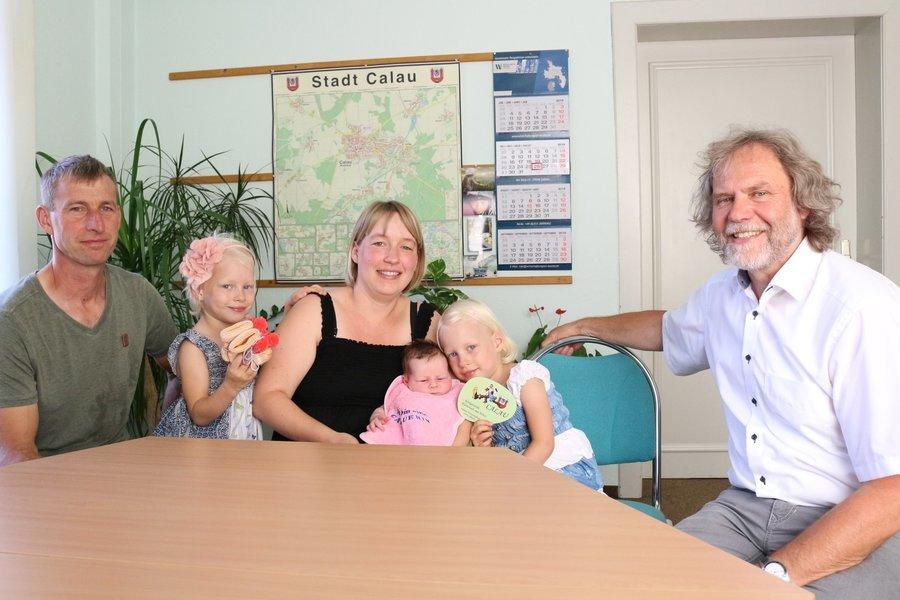 Bürgermeister Werner Suchner empfängt in seinem Dienstzimmer persönlich die neuen Einwohner sowie deren Familie.