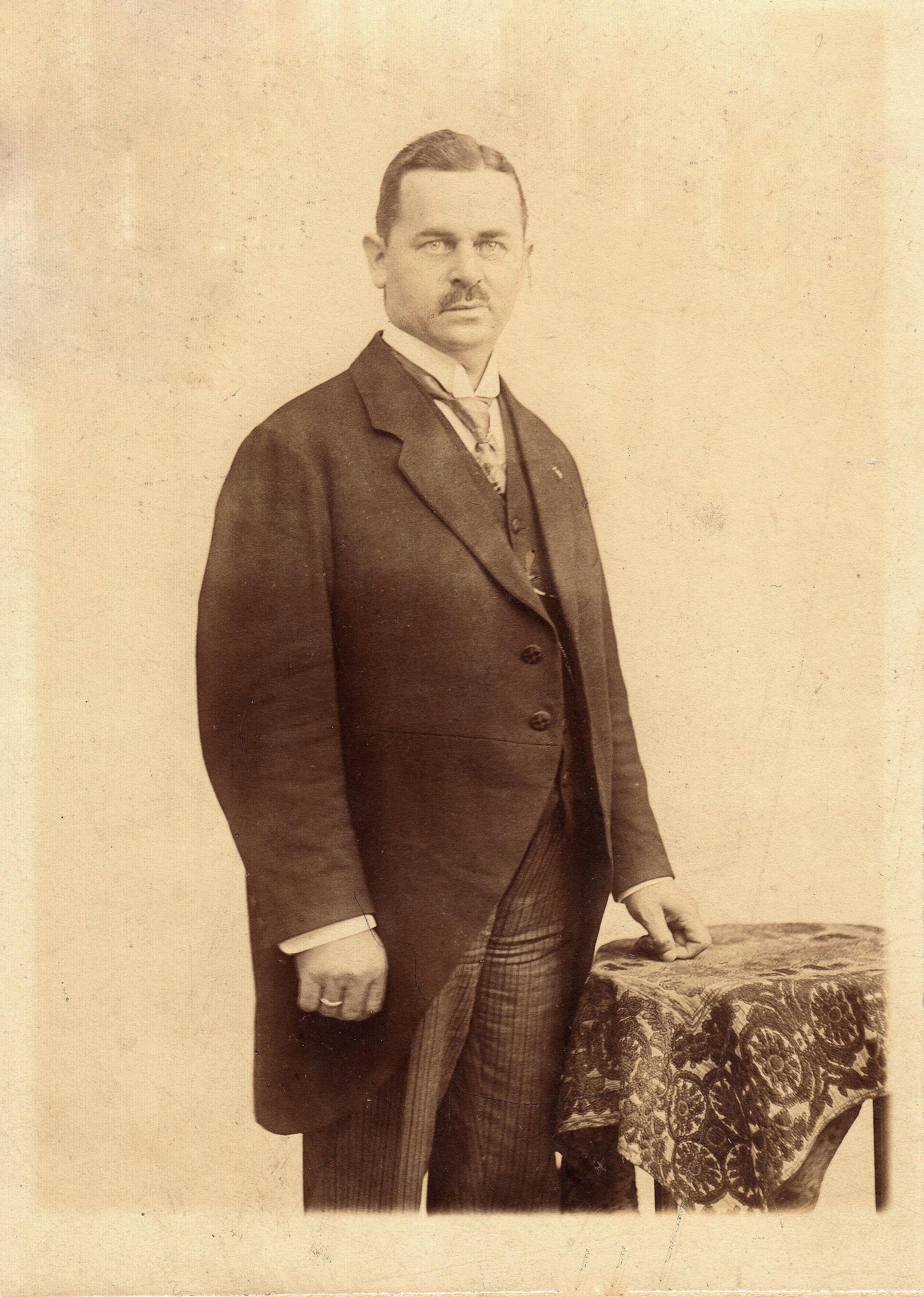 Unser Bild zeigt Ernst Freimuth, den ersten Falkenseer Bürgermeister (Quelle: Museum und Galerie Falkensee).