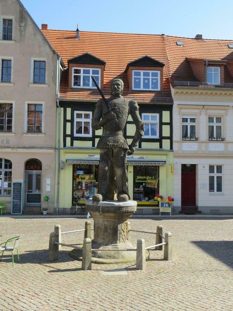 Der Perleberger Roland ist aus Elbsandstein gehauen und steht auf dem Großen Markt | Stad Perleberg