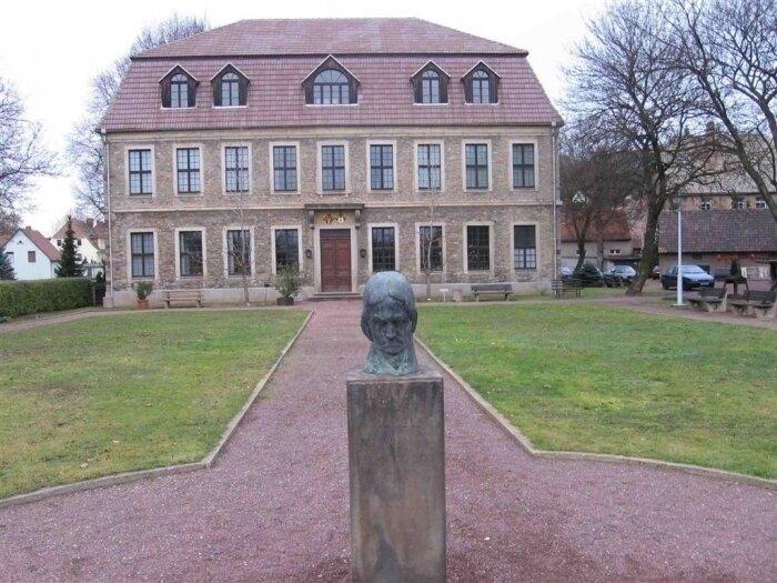 Blick auf das Hauptgebäude des Museum von 1721 in dem u.a. Wilhelm v. Humboldt lebte, mit Ausstellungsräumen zur Geschichte des Mansfelder Kupferschieferbergbaus, sowie Mineralien- und Fossiliesammlungen