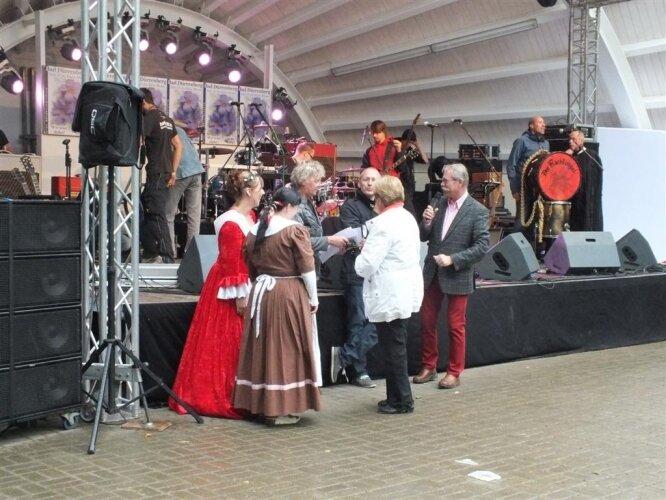Auszeichnung der Gewinner zum Brunnenfest, Frau Mühle erhält die Ehrung zum ersten Platz