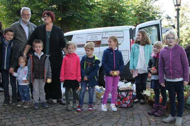 Gruppenfoto vor den Spenden