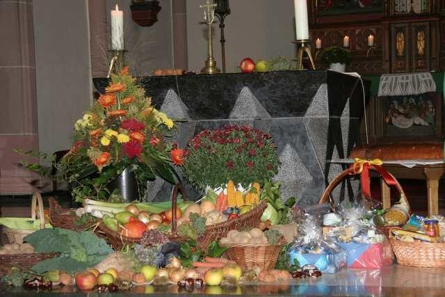 Lenbensmittel vor dem Altar
