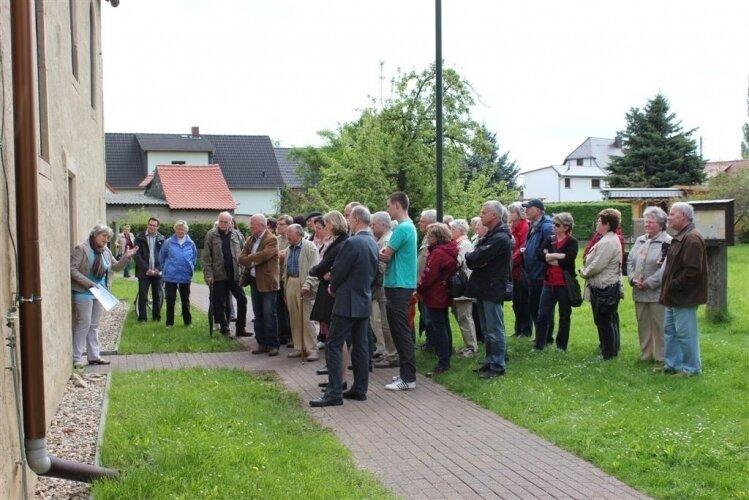 Der Treffpunkt der rund 45 Teilnehmer an dieser Wanderung war die kleine Dorfkirsche in Vesta. Als Gäste konnten wir auch den Enkel des Freiherrn und dessen Tochter begrüßen.  Nach einer musikalischen Einstimmung führte uns die Tour zu den alten Kellernge