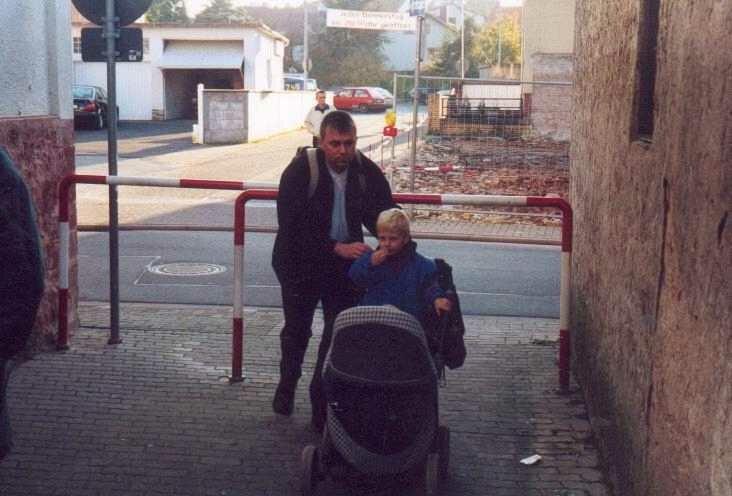 Beschwerlich ist der Weg mit dem Kinderwagen durch den Ort