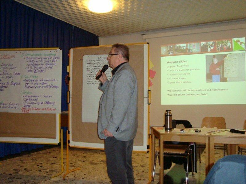 Die Ergebnisse der Dorfkonferenz werden durch die AGs präsentiert