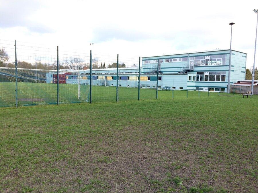 Schule mit Sportplatz