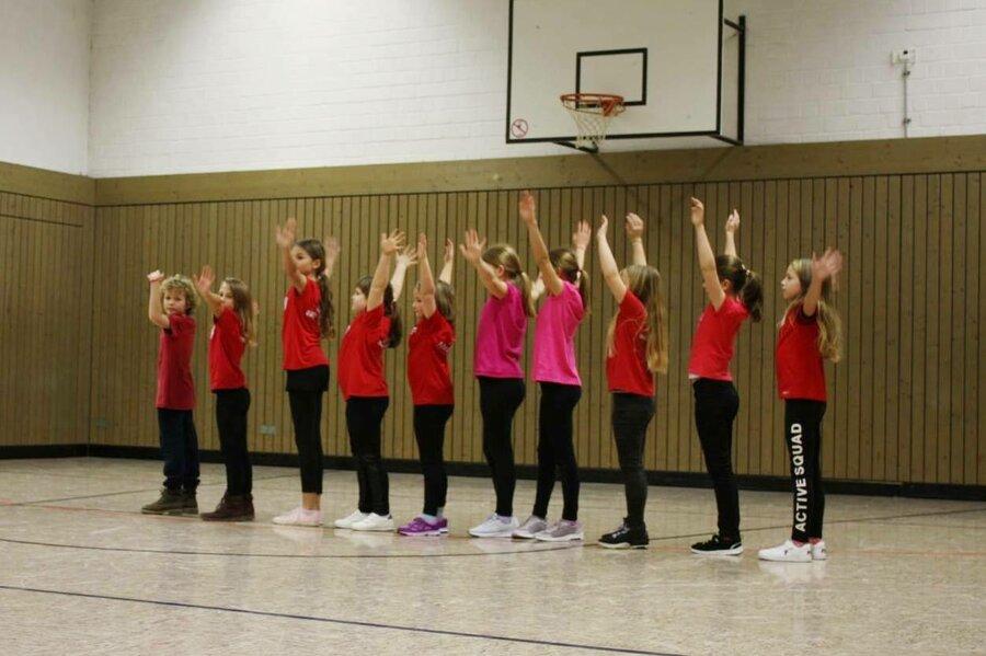 Kids Dance in Reihe stehen