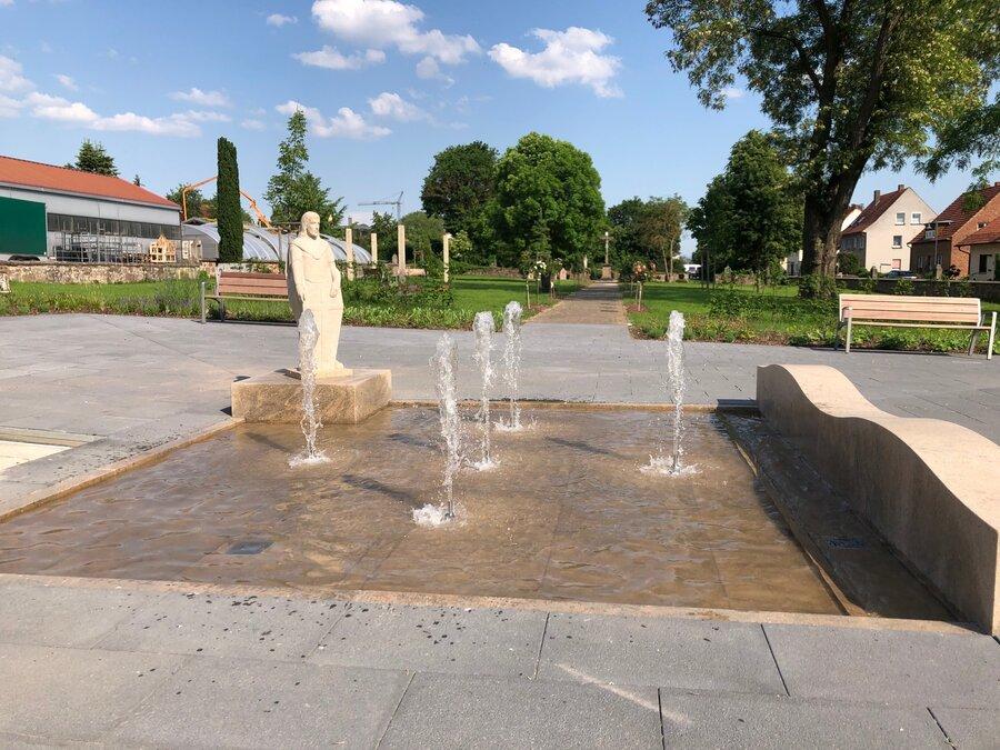 Sankt-Georg-Park - Brunnen mit St-Georg-Skulptur