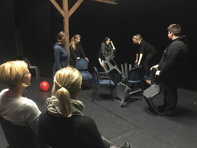 Theaterpädagin Annika Löhner bespricht eine Szene mit Lone, Alice, Michelle und Georg