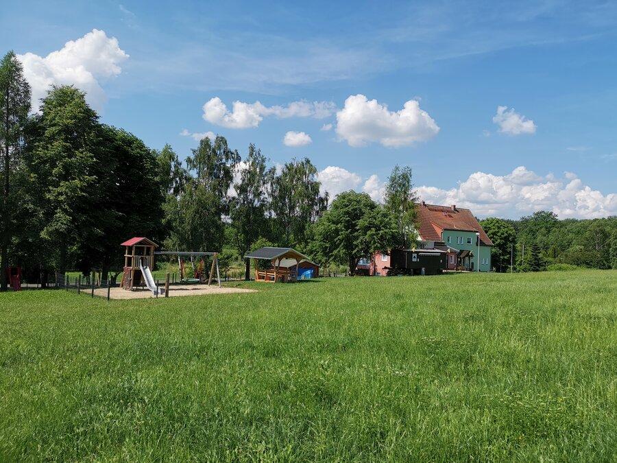 Kindergarten und Spielplatz Lederhose
