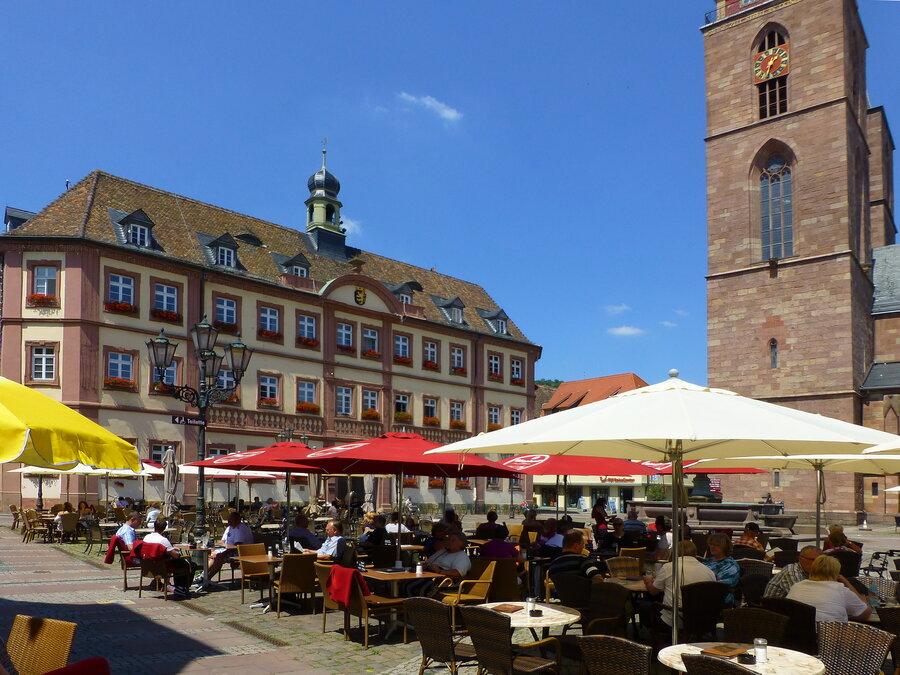 Marktplatz Neustadt mit Rathaus und Stiftskirche, Fotorechte: Rolf Schädler