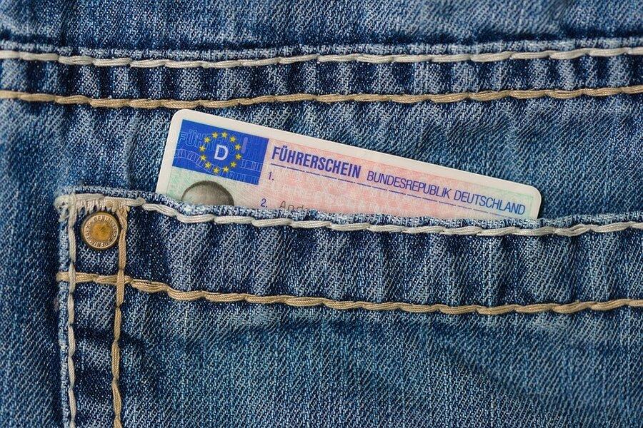 Bild zeigt ieine Hosentasche mit Führerschein; Quelle: Pixabay