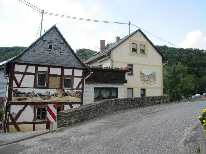 """Das sog. """"Heimathaus"""" (links) - hier wurde für den Film """"Die andere Heimat"""" gedreht"""
