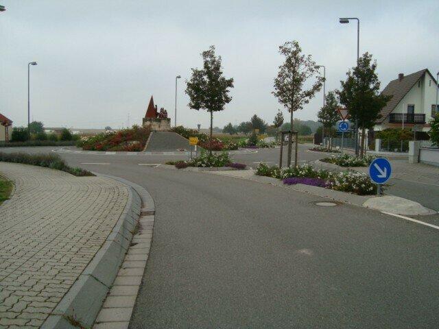 Aufwendig gestalteter Ortseingang mit ansprechender bepflanzung