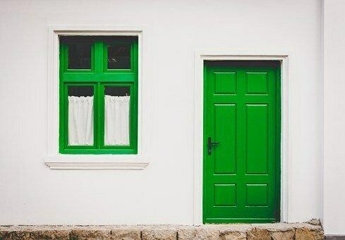 Bild zeigt eine Haustür und ein Fenster; Quelle: Pixabay