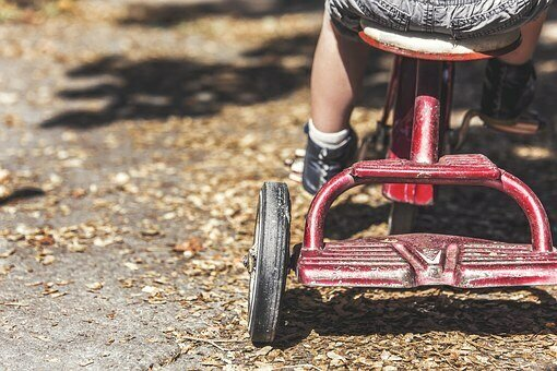 Bild zeigt ein Kind auf einem Dreirad; Quelle: Pixabay
